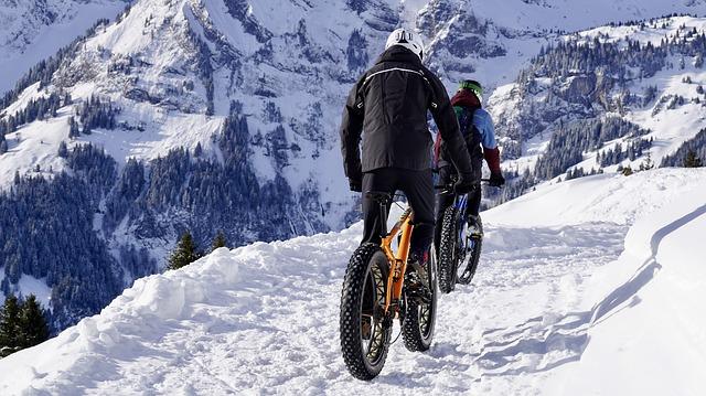 fat bike electrique grosse roue dans la neige